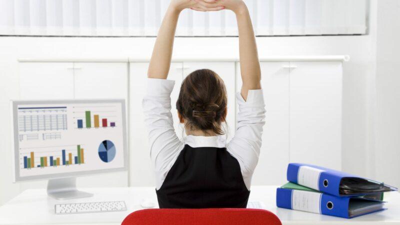 Esercizi di stretching in ufficio